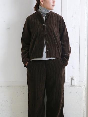 濃いブラウンのコーデュロイジャケットは、一枚羽織るだけで季節感のある着こなしに。同じコーデュロイのパンツとセットアップ風に合わせるのもおすすめです。