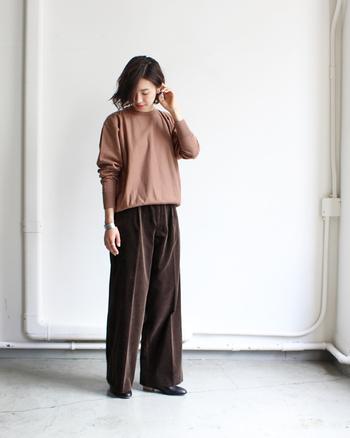 コーデュロイのワイドパンツは、同系色のトップスと合わせてシンプルな着こなしに。コーデュロイの素材感を主役にしたコーディネートです。