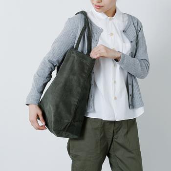 大きめのコーデュロイトートバッグは、コーディネートの主役になるアイテムです。カーキはどんなファッションにも合わせやすいカラーです。