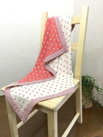 コットン100%の6重織りキルティングガーゼ生地に、縁取りは綿麻の生地という、隅々まで優しい手触りのブランケット。裏表の柄がリバーシブルなので、お昼寝やお出かけ先など、使う場面によって使い分けできます。