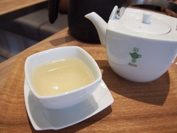 彩茶房のお茶は阿里山(アリサン)の自然に育まれた茶葉を使い、本場の味が楽しめます。ほっと落ち着ける極上の一杯に出会えますよ。