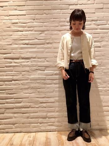 ホワイトのコーデュロイジャケットは、可愛らしい印象になります。袖を少しまくるなど、ちょっとしたコツでこなれた印象になります。