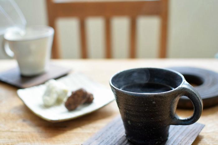 寒い季節になじむ、ほっこりとした風合いのマグカップもなかなか気の利いたプレゼント。こちらは、ざらっとした土の質感を感じる「suetukuri岩崎晴彦」氏のマグカップ。