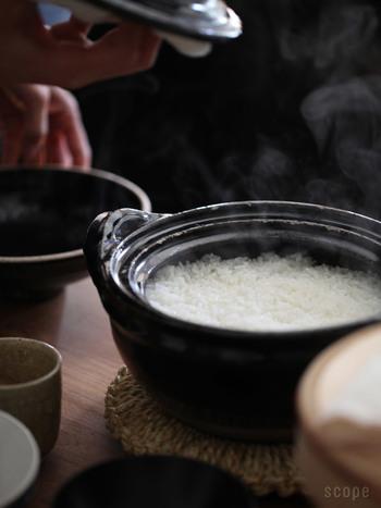 伊賀の土で職人が1点ずつ手挽きしたご飯炊き専用の土鍋。ご飯を炊くと透明感のあるツヤツヤとした炊き上がりに。火加減の調整いらずで、ふきこぼれの心配もないので、初心者の方におすすめの土鍋です。
