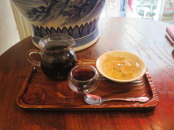スイーツとセットのメニューもおすすめです。台湾愛玉子ゼリーは金色に輝く美しいスイーツ。レモンの風味が効いたさっぱりとした味が特徴です。ほかにも台湾仙草や豆花などもあります。