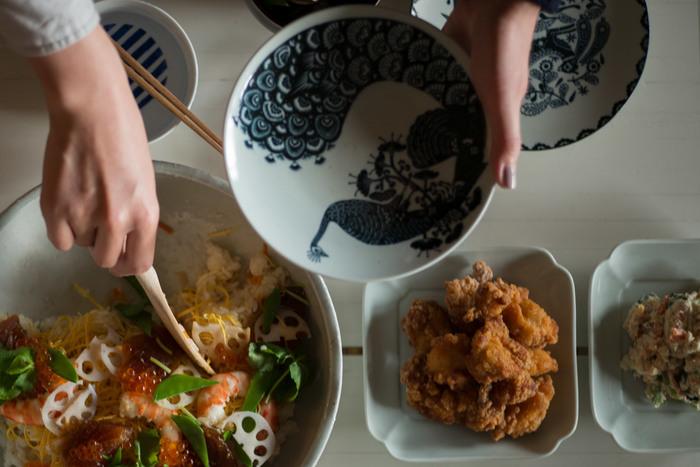 何度も試作を重ねて作られた絵皿なだけあり、和・洋問わず普段使いでも食卓に馴染みます。華やかに盛られたちらし寿司も、モノクロの絵皿だと目立ち過ぎず上品によそえますね。