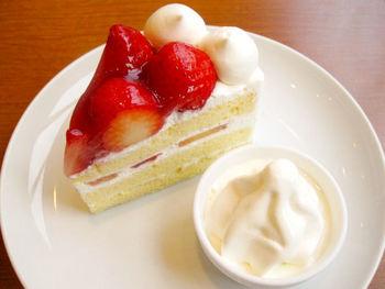 ジュレ(ゼリー)でコーティングされた大きめのイチゴがのった、つややかな「いちご畑」。上質の生クリーム、しっとりとまろやかなスポンジのバランスが良いケーキです。