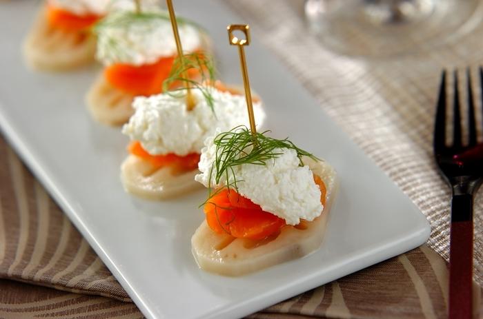 甘酢に漬けておいたレンコンにサーモン、カッテージチーズをのせた華やかな雰囲気のピンチョス。パーティーの前菜にぴったりです。