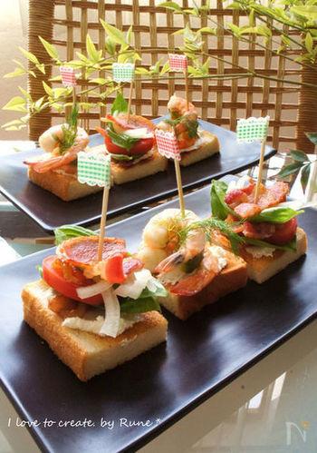 食パンも小さな正方形に切れば、好きな具材をのせて手軽なフィンガーフードにするのにちょうどいい。おつまみ感を出すためには、カリッと香ばしくトーストするのを忘れないようにしましょう。