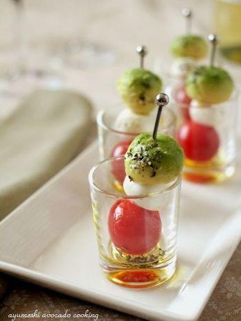 イタリア料理の前菜、「カプネーゼ」もピックに刺すことで、かわいらしいフィンガーフードに。小さなグラスに入れて並べたのもとても気が利いています。
