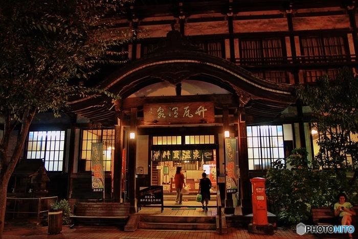 別府駅周辺の明治創業の歴史ある「竹瓦温泉」。近代化産業遺産に認定されており、レトロで風情あふれる佇まいで、地元の人にも観光客にも愛されている温泉です。