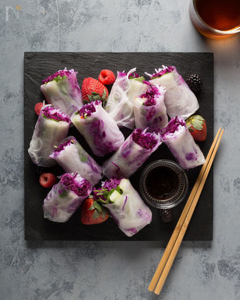 ライスペーパーから透けて見える紫キャベツの鮮やかさがハッと目を惹く生春巻き。お料理はやっぱりビジュアルも大事。おなじみのお料理もちょっとした工夫でいつもと全く違う表情になりますよ。