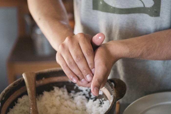 そんなゲランドのお塩は、サラサラで使いやすく溶けやすい。自然由来の塩の甘味もしっかりとしていて、毎日使うには申し分ありません。フランス生まれだけど、おにぎりとの相性も◎です。