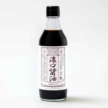 和食に欠かせない調味料はたくさんありあすが、その代表と言えばやっぱり「お醤油」。片上醤油さんのつくる濃い口醤油は、木樽で季節の移り変わりとともに熟成された天然醸造のお醤油です。