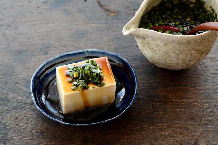 醤油にニラの香りが移って、味わい深くなる「ニラ醤油」。こちらのレシピはみりん入りでほんのり甘めだから、どんな料理にも合いやすい。写真のように冷奴にかけたり、納豆とまぜたり、これからの季節はシンプルな鍋料理にもベストマッチ。