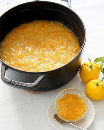 お湯で割って飲みたい「ゆずジャム」。ストウブ鍋でじっくり煮込んだゆずジャムは、心も温めてくれそうです。
