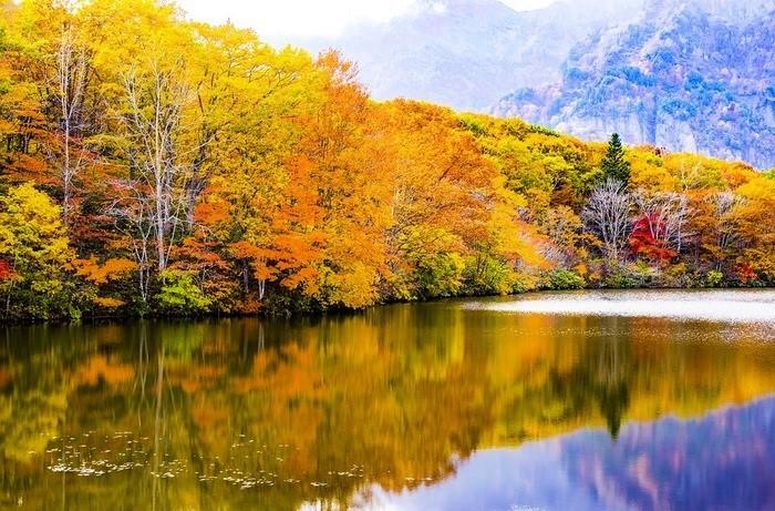 鏡池。紅葉が湖面に映って。