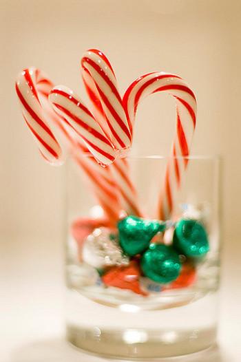 クリスマスを彩る飾りの1つ、赤と白のストライプのステッキ【キャンディケーン】。昔、ドイツの大聖堂で聖歌隊の子ども達に杖型の飴を配ったのが始まりだそうで、それが時代を経て、赤と白の形になったんだそうです。