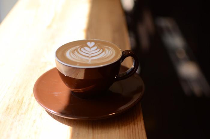人気のカフェラテは、美しいラテアートとご一緒に。 しばらく見つめてしまう贅沢な一杯です。