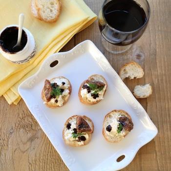 バゲットに、クリームチーズといちじくをおしゃれにデコレーション。酸味がマイルドなドライフルーツとチーズには、爽やかな白ワインがおすすめです。