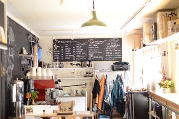 Coffee LABO frank…は、ラボというように珈琲を研究しています。 より良いものにしてそれを広めていきたいという熱い想いの持ち主であるオーナーの北島 宏祐さん。 鹿児島から神戸に移り住んだのは大学生の頃、当時のアルバイトがきっかけで珈琲の世界にどっぷりはまったのだとか!