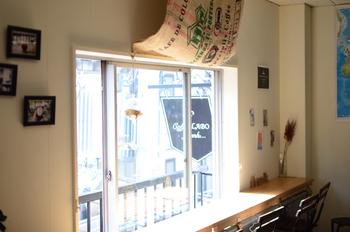 静かに時が流れるような店内には、いい香りが立ち込めています。 珈琲を通して、人と人との繋がりを大切にすることもコンセプトのうち。 こちらのお店で、顔見知りになり仲良くなったという声も届いています。