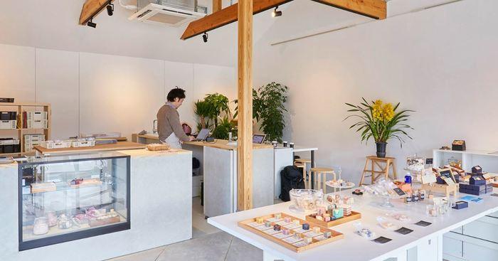 工房兼店舗となっているお店は、宮城県の女川町にあります。店内はキッチンが併設されたカフェのような見た目になっていて、石鹸作りの様子を直接見学することもできます。