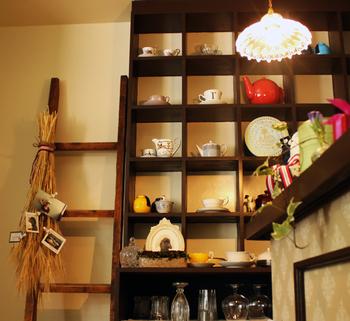 店内にはクラシックなものからキュートな色合いの陶器などがディスプレイされています。 山上さんの大好きな紅茶とこれまでの経験から培ったものから表現された店内。 そんな空間で過ごす優しいティータイムは格別です。