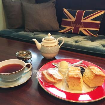 イギリスのクラシカルなアフタヌーンティーを連想されるようなクリームティー。 現地では、スコーンと紅茶のセットのことをそう呼ぶそうですよ。 ソファー席でマドモアゼル気分で味わってみては?!