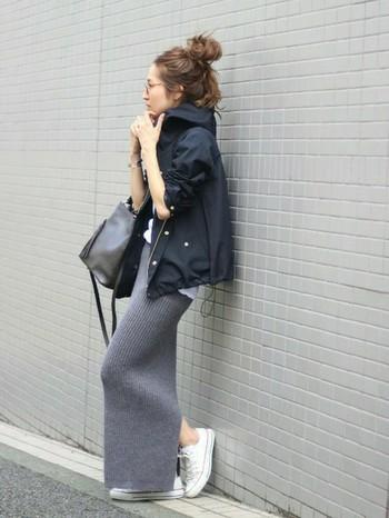マウンテンパーカーとニットのロングスカートの組み合わせが素敵!大人のミックスコーデのお手本ですね。