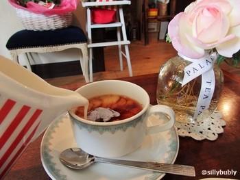 その日の自分に合わせてセレクトしていただく、オーナーが厳選している紅茶は格別。 注いだ瞬間のフワッと舞う香りにも癒されます。