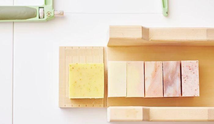 これらのコンセプトを掲げて作られる石鹸は、見た目にも美しくアロマの良い香りで癒しを誘うと高い人気を得ているんです。