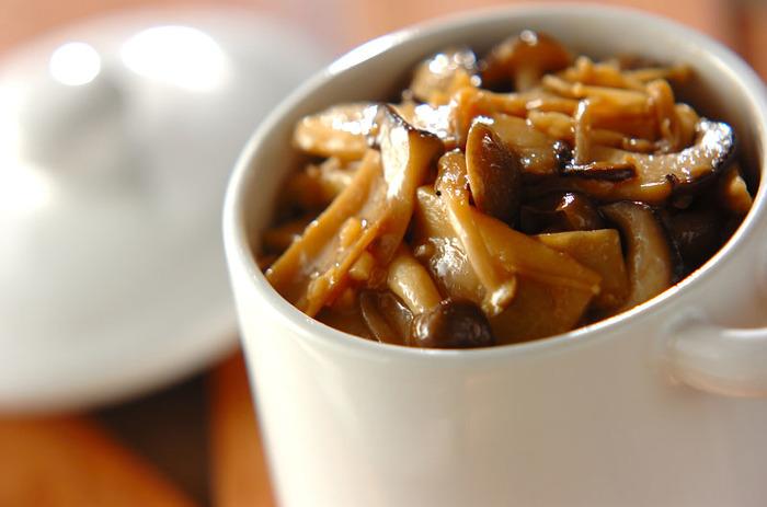 冷蔵庫で2週間保存できる、便利なキノコの常備菜。オムレツに入れたり、煮溶かしてスープにしたり、パスタにからめたり。アイデア次第で色々アレンジできます。