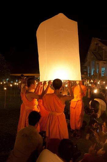 こちらは、天上のブッダに祈りを込めながら、コムローイを空に飛ばしていく宗教的な行事で、この明かりが消えるときに、様々な苦難が舞い上がり消えていくと信じられています。