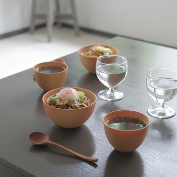 ご飯用とおつゆ用のお碗のテイストを合わせるのも素敵です。和風と洋風どちらにもしっくりくるものだと、食卓を選ばずに活用できるメリットも♪