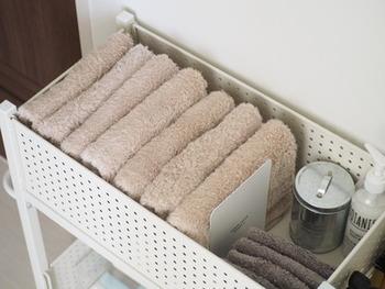 畳んだタオルは立てて収納すると、使う時にも取り出しやすい。その時に役立つのがブックエンドです。 位置が自由に変えられるから、厚みのあるタオルや少ない枚数でも、しっかり立ててくれる優れもの!