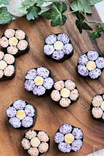 春らしい桃の花をイメージした巻き寿司。難易度が高そうに見えますが、しっかり工程を追って作れば失敗することもありません。木のカッティングボードの上にカットしたものをランダムにのせて、ナチュラルに演出するのも素敵です。
