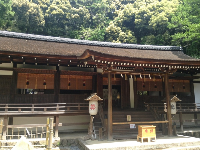 世界遺産に登録されている宇治上神社は、宇治川の東岸にそびえる朝日山麓に鎮座する神社です。本殿は国宝に指定されており、荘厳で静謐な雰囲気を漂わせています。