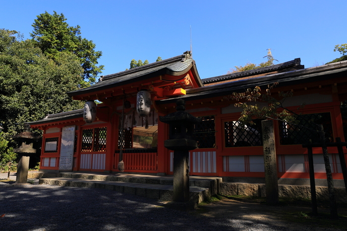 宇治川の畔に鎮座する宇治神社は、世界遺産・宇治上神社に隣接しており、日本古代史上の皇族、菟道稚郎子命 (うじのわきいらつこのみこと)を主祭神として祀る神社です。