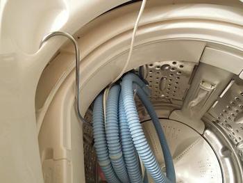 100円アイテムの巨大なS字フックを使って洗濯槽の中に吊るしておけば、外から見えず、洗濯ものを放り込まれても取り出しやすい!脱帽のアイデアです◎