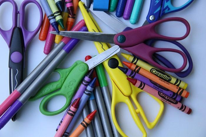 インクがなくなってきたボールペンや蛍光ペン、切れ味の悪くなったハサミなどが、ペン立てに刺さったままになっていたり、ペンケースに入っていたりしませんか?一度デスク周りの文房具を使ってみて、もう使えないと思ったものはデザインが気に入っていてもキッパリと捨ててしまいましょう。