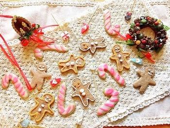 アイシングクッキーの模様として使うとまたかわいい赤と白の【キャンディーケーン】、クリスマスにかかせないですね。