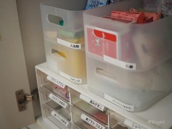 ケースにこだわってせっかくキレイに整理したのに、中身がわからなければ毎回探しものばかりすることに…。 特に小さなものや雑貨類を整理するボックスには、中身がわかるようにラベルを貼るのが大切なポイント!