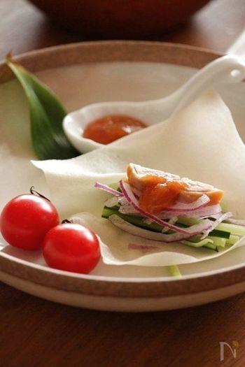 甜面醤は、小麦粉を原料にした甘味噌。八丁味噌などを使って、おうちでも作ることができます。生のままで食べられますので、北京ダックや春餅などに添えたり、ジャージャー麺や豚・鶏肉の炒め料理などに使われます。