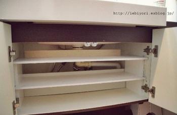 洗面台下の収納スペースは配管が邪魔で使いにくいですよね。ムリに詰め込めば、配管を壊してしまう不安もあります。 それなら、スペースに合わせた棚を作ってしまいましょう! こちら棚は、板を重ねて木工用ボンドで付ければ完成しちゃう簡単設計。