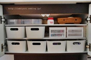 取り付けた棚は、小物を直接置くこともできますが、収納ボックスを置くことで、奥のモノも取り出しやすくなります。