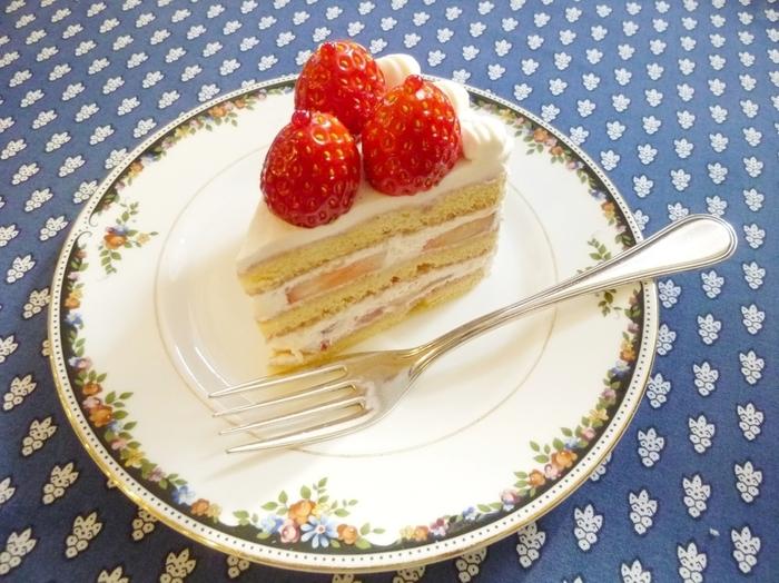 イチゴのお酒とキルシュが入った風味豊かですっきりした後味の「ルージュ」、お酒を使っていない「ブラン」の2種類のショートケーキがあります。軽い生クリームとしっとりとしたスポンジの、重くないケーキです。