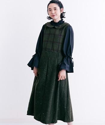 ダークグリーンのウエスト切り替えがあるチェック柄ジャンパースカート。丸襟にたっぷりとしたギャザーのブラックのブラウスを合わせて、甘くなりすぎない大人ガーリーなレトロコーディネートに。