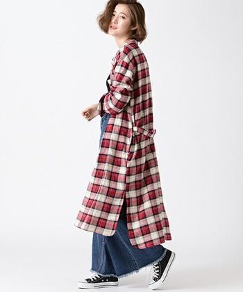 チェック柄のロングシャツは1枚でも着れますが、カジュアルにガウンのように羽織ることもできます。ワイドパンツと合せる事で、今っぽいこなれ感のある着こなしに。