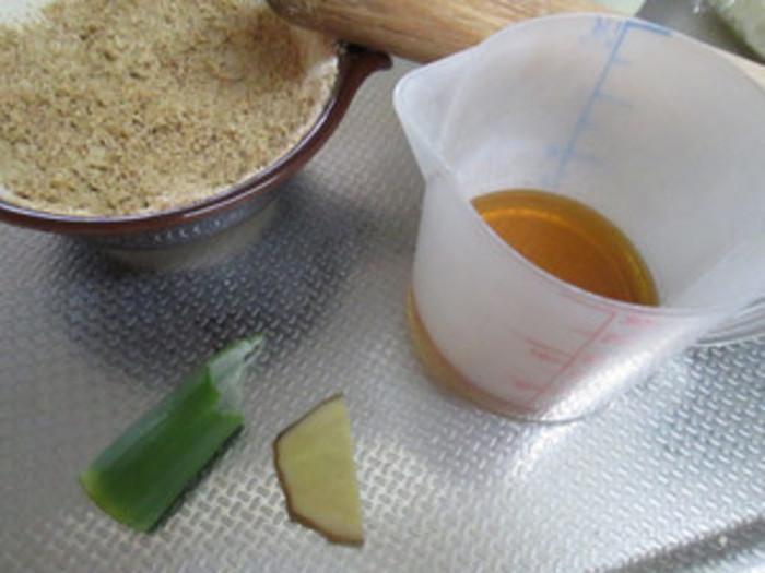 芝麻醤は、白ごまを油で練ったごま味噌。白ごまを香ばしく炒ってすりつぶし、ごま油やネギ、生姜などを加えてなめらかにします。棒棒鶏やしゃぶしゃぶのごまだれ、中華の和え物、担々麺などに活躍します。練りごまを使うと、より簡単そうですね。